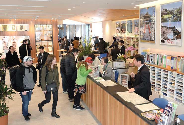 観光案内所とカフェを併設した「おいでなして!NAGANO」の内覧会