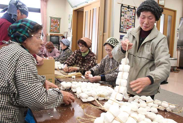 販売する凍り餅の出来栄えを確かめる住民たち