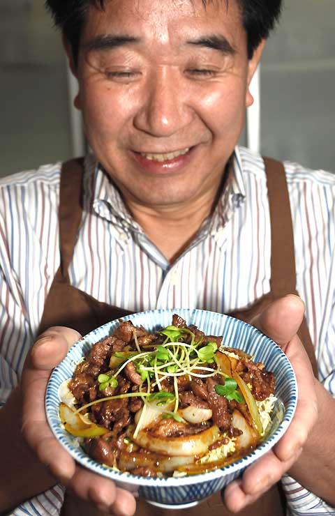 みそやしょうゆ、ニンニクなどを使った特製のたれに漬けたヒツジの肉を使った「ジンギス丼」