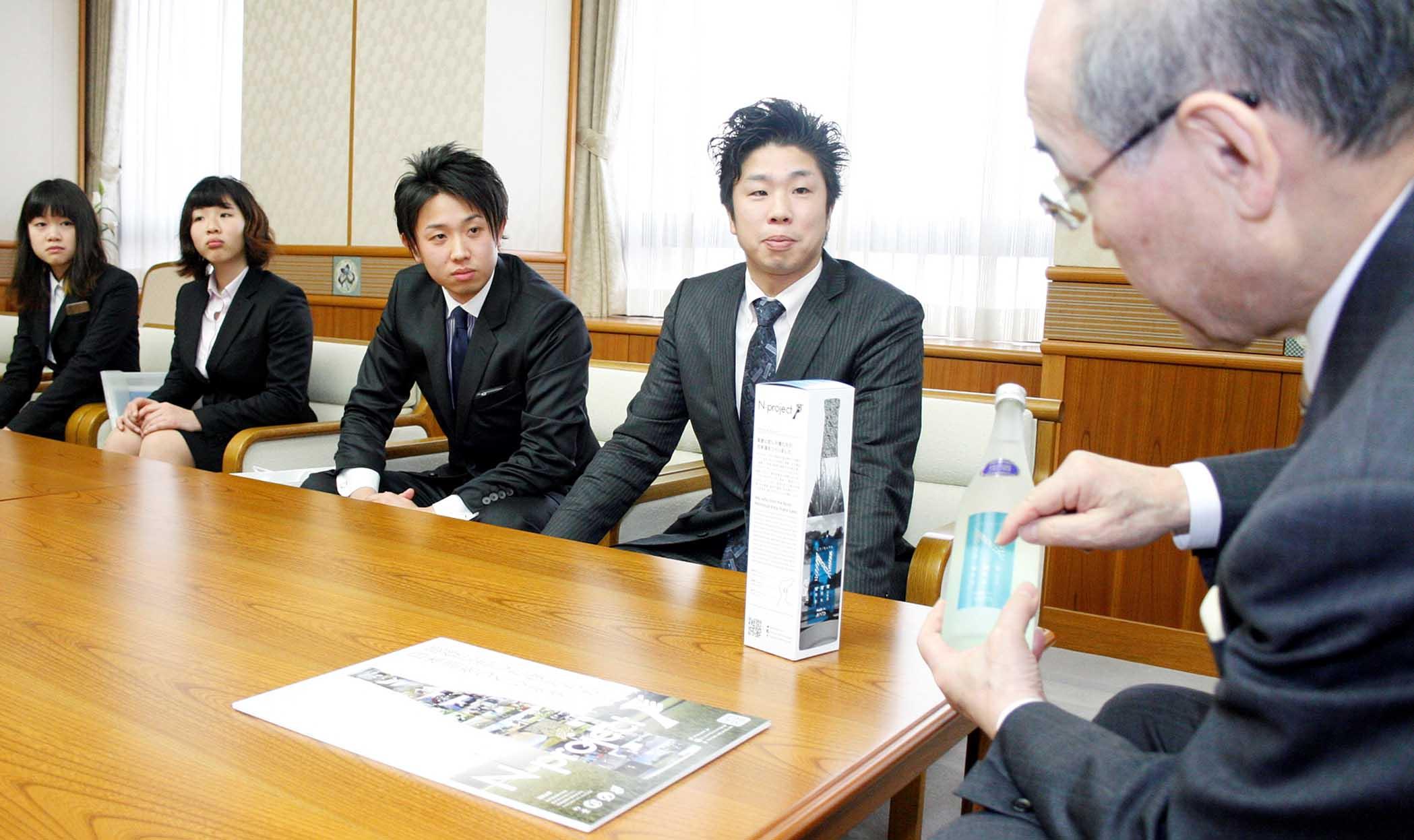 能登産の日本酒を紹介する関係者=20日午前11時10分、石川県庁