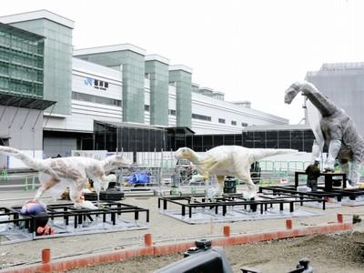 「恐竜」歓迎 出番待ち 福井駅西口広場 県、3体据え付け開始 来月7日 巨大壁画も披露