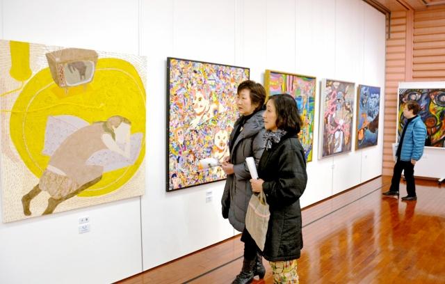 独自性あふれる絵画が並ぶ美浜美術展の入賞・入選作品展=20日、美浜町生涯学習センターなびあす