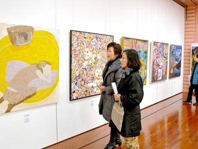 斬新絵画 目を引く51点 美浜美術展 入賞・入選展始まる