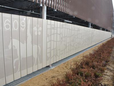 巨大アルミアート完成 新高岡駅立体駐車場