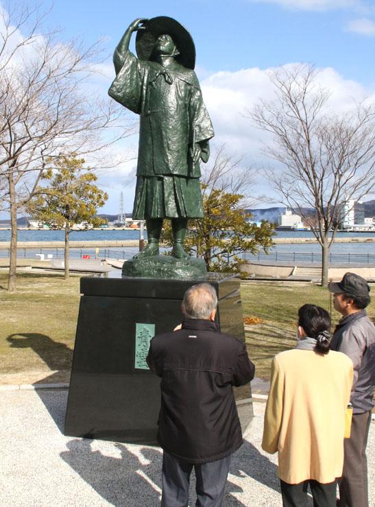 建立された新しい等伯像=七尾市の七尾マリンパーク