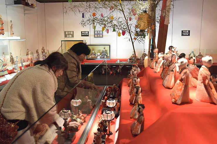 江戸時代後期以降のさまざまなひな人形を展示した企画展
