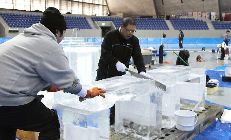 氷の彫刻展に向け、急ピッチで準備する出展者たち