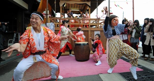 個性的な浮き太鼓を披露する上郡区=21日、福井県勝山市本町4丁目