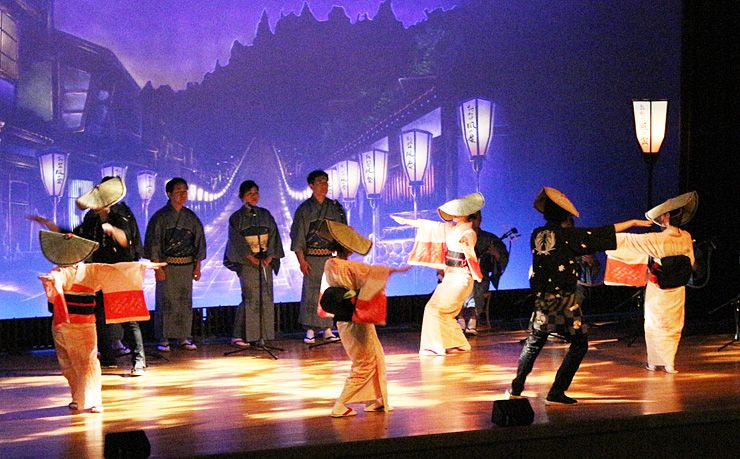 夜の町流しの風情を再現して演じるおわらの踊り手=越中八尾観光会館