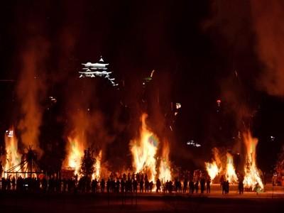 火柱高々、息災願う 勝山左義長どんど焼き