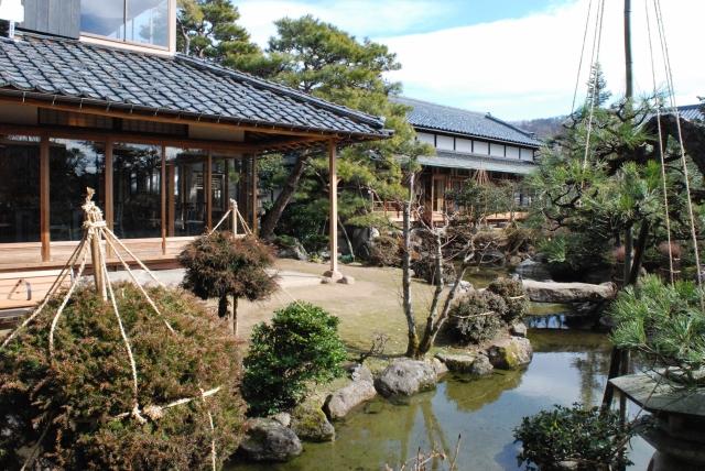 広大な回遊式庭園と一体化した大正期の数寄屋風書院の邸宅「愛山荘」=22日、越前市若竹町