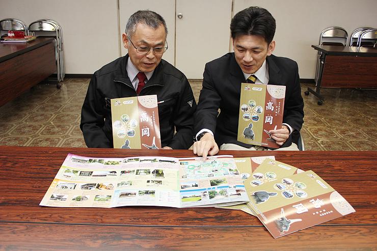マップを紹介する沼会長(左)と鷹西教授=高岡市役所