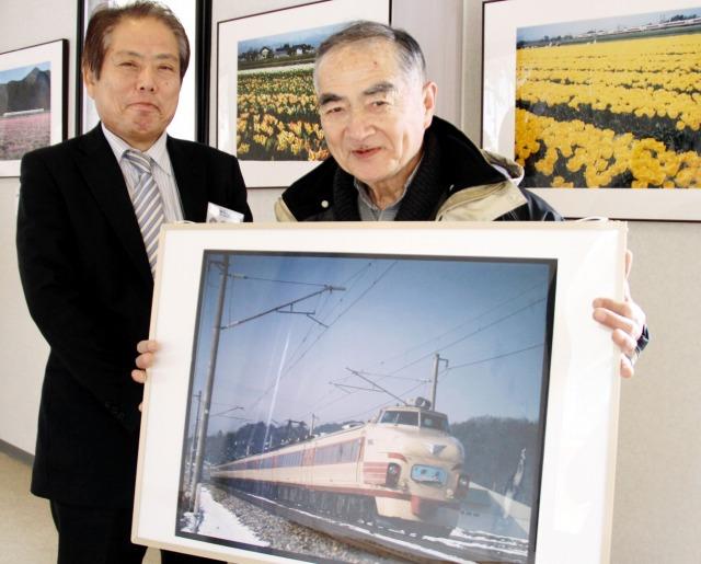 特急雷鳥やSL、新幹線など多彩な列車の写真を披露している南雲さん(右)と高島さん=福井県鯖江市のラポーゼかわだ
