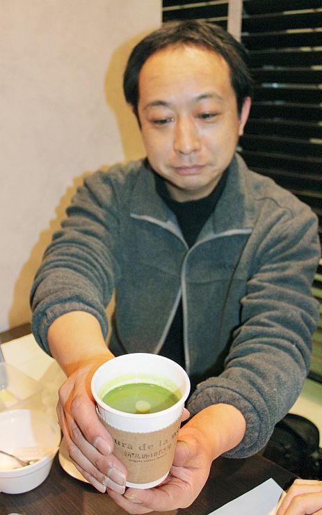 雪室貯蔵の抹茶を使ったホットチョコレート。上越妙高駅の開業記念イベントで販売する(上越市本町4)