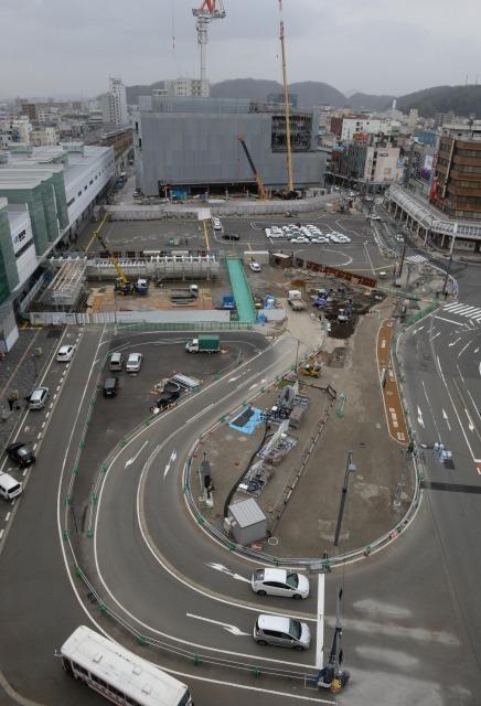 あと1年工事が続く福井市のJR福井駅西口。手前がタクシー・自家用車の乗降場、広場中央がバスターミナルになる。奥は建設中の再開発ビル=24日