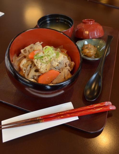 食材、器とも福井産にこだわった「あんのん福丼」=福井市のカフェあんのん