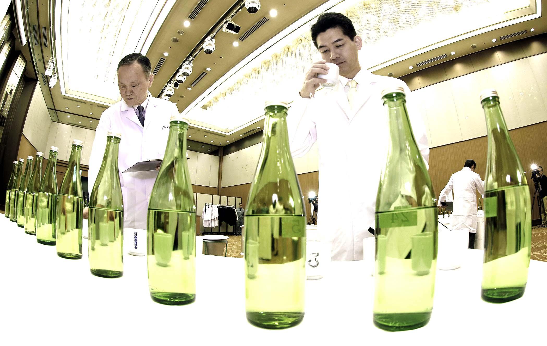 酒の出来栄えを確かめる審査員=26日午前9時40分、金沢市内のホテル