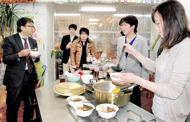 関係者に試食のおでんを振る舞う福井工大生(右)=26日、福井県福井市中央1丁目の「G・Cook」