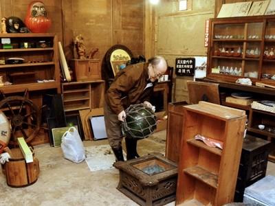 三国の土蔵改修し古道具店に 陶器や置物千点以上ずらり