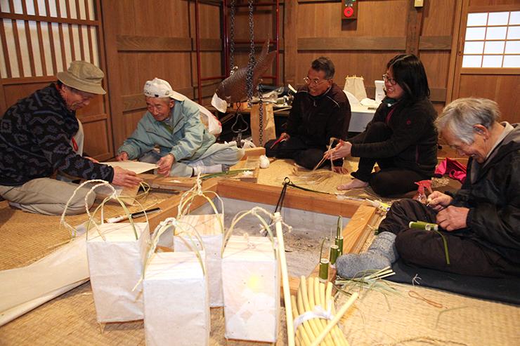 五箇山和紙や竹ひごを使い、昔ながらの行灯を作る上平地域の住民たち
