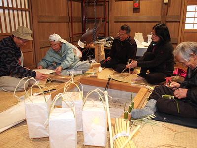 手作り行灯でおもてなし 新幹線客に上平住民