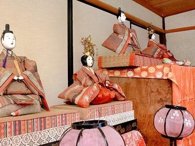 江戸期のひな人形 評判 越前市・田辺さん宅、ご近所で 2組4体 表情豊か 立派な衣装