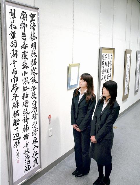 学生のこん身の作品が並ぶ書道展=27日、福井市の県立美術館