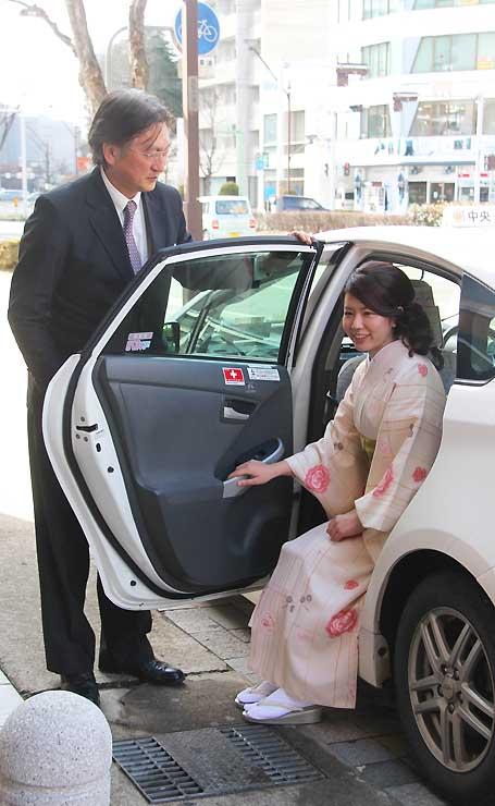 長野市のたちばな本店前から着物でタクシーに乗り込む女性
