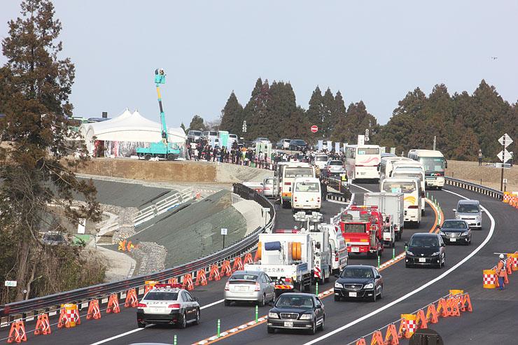 風船を放ち、能越自動車道の七尾氷見道路開通を祝った=氷見市脇