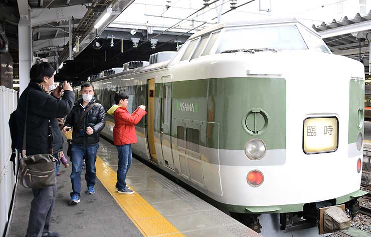 臨時快速列車「ありがとう信越線」を写真に収める乗客ら=1日、JR長野駅