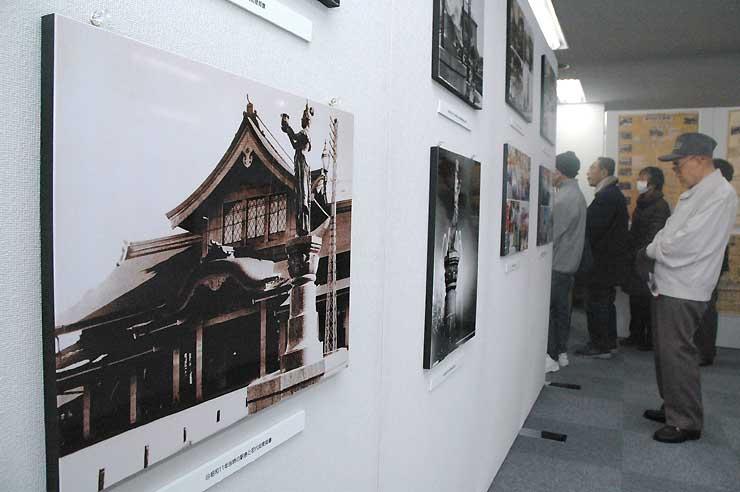 昭和初期の仏閣型駅舎などを写した約60枚が並ぶ写真展