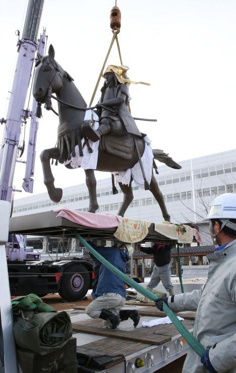 上越妙高駅の東口広場に設置された上杉謙信のブロンズ像=2日、上越市
