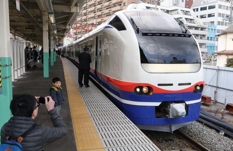 一般公開された特急「しらゆき」=2日、JR新潟駅