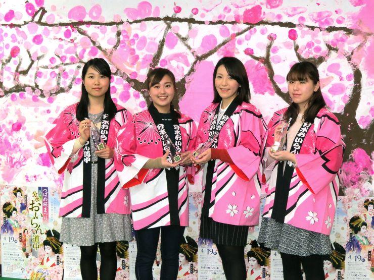 おいらん役に決まった左から近藤歩夢さん、山岡すみれさん、榊真梨さん、本田菜生さん=1日、燕市