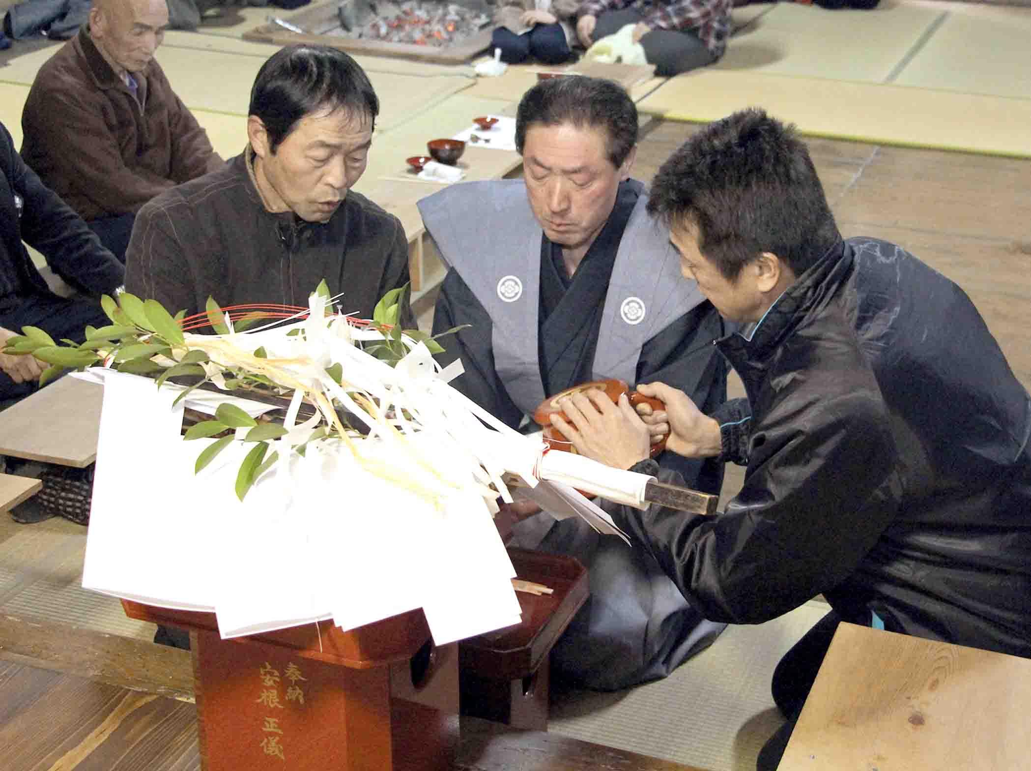 今年の当元を引き受けた石川さん(右から2人目)=輪島市門前町内保の大王社