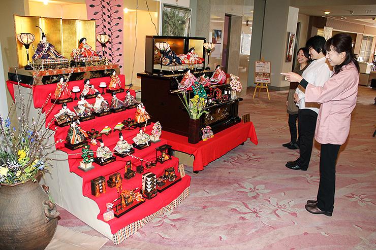 段飾りのひな人形と共に生花などを飾り、春らしい雰囲気を醸し出しているホテル