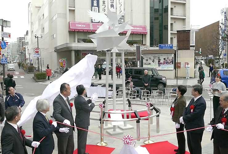 大きく羽ばたく鶴の姿を表現したモニュメント「光輝」の除幕式