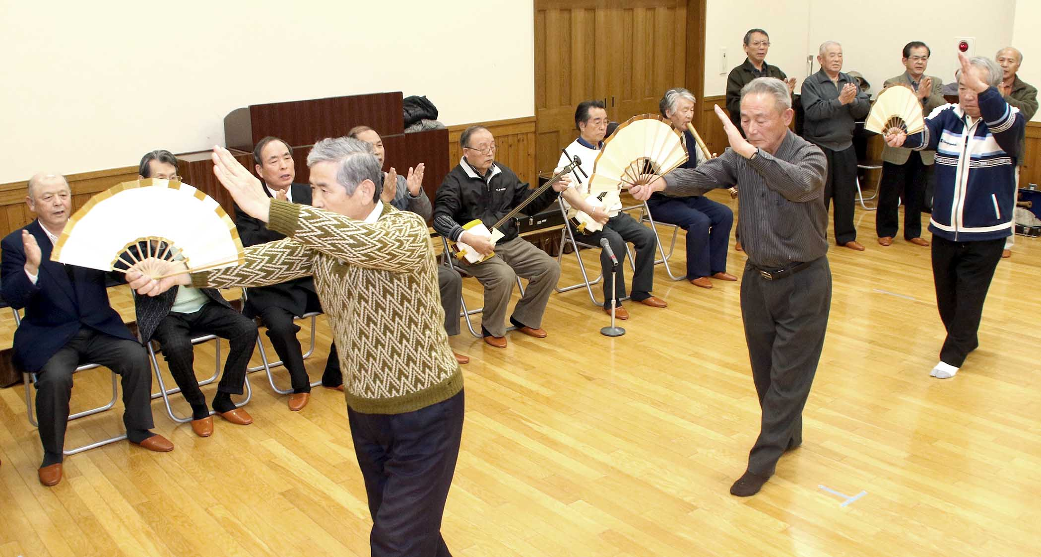 踊りや歌を確認する参加者=七尾市徳田公民館