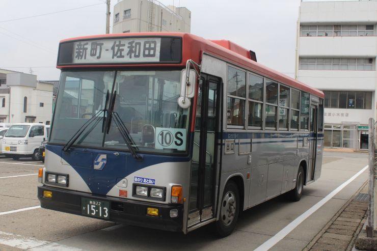 小木港から佐和田に向かう小木線のバス。延伸により、港から乗車する観光客は相川方面に直行できるようになる=4日、佐渡市小木町