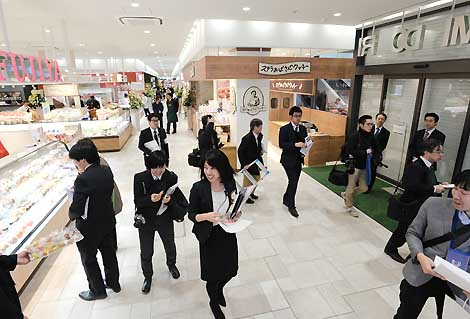 7日の全面オープンを前に開かれた新駅ビル「MIDORI長野」の内覧会で、1階のmidoriマルシェを見学する報道関係者ら=5日午前11時13分、長野市