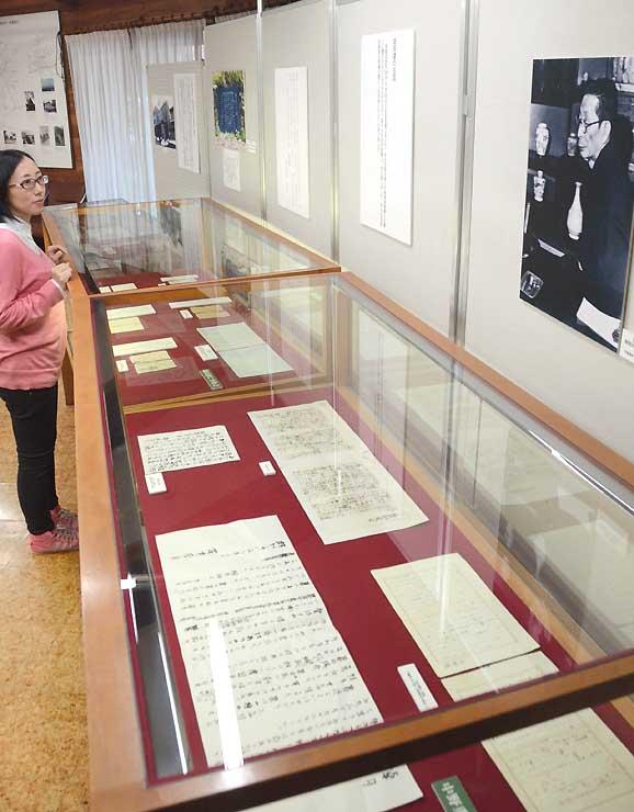 室生犀星の写真(右上)や書簡などで、堀辰雄との親交を紹介している企画展