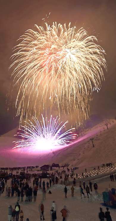 昨年3月に開かれた「冬の灯明夜まつり」(野沢温泉スキー場提供)