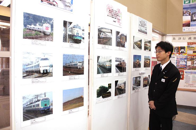 自身が撮影した、特急サンダーバードなどの写真を眺める西村さん