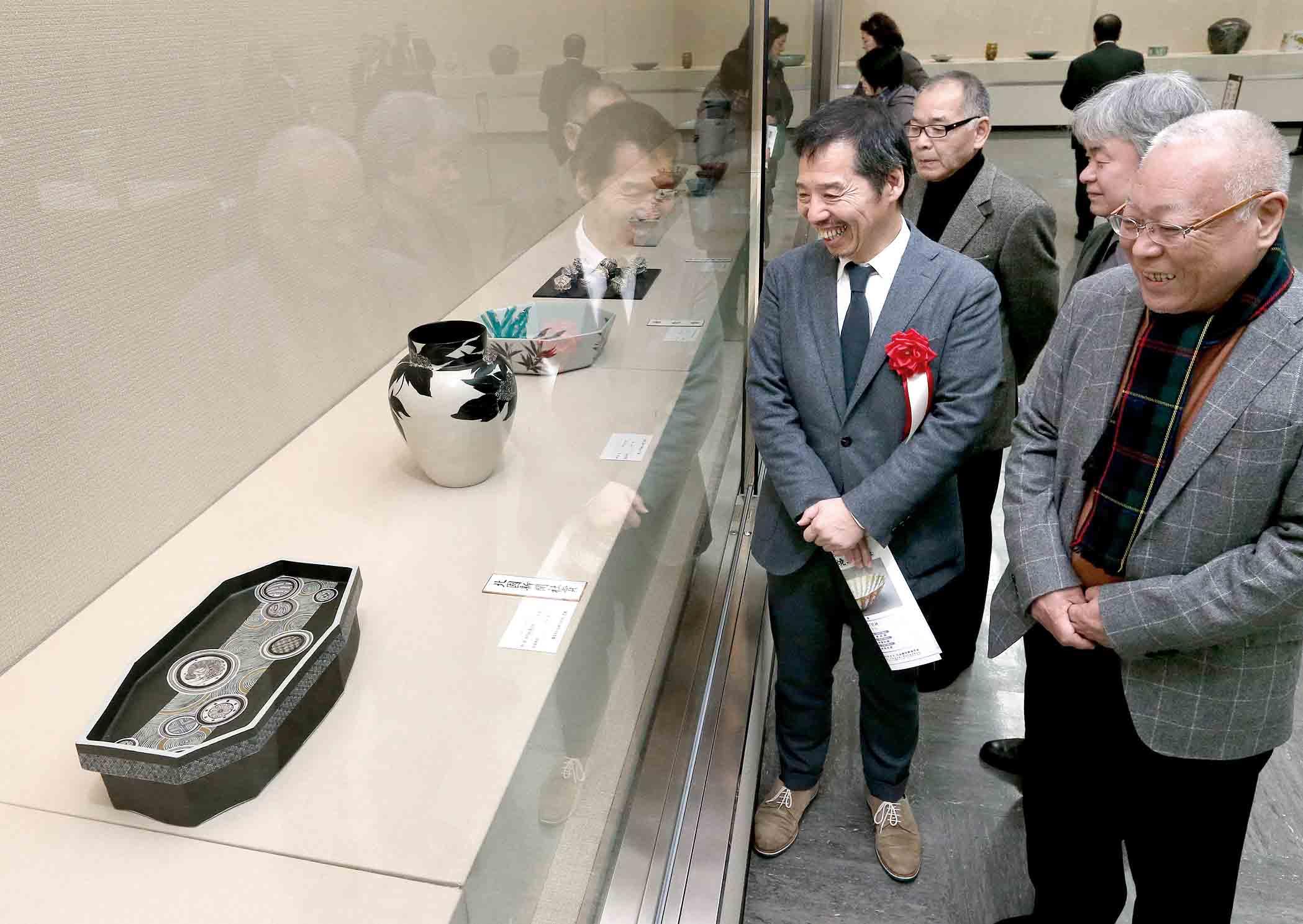 作家の意欲作を鑑賞する開場式出席者=6日午前9時50分、金沢市の石川県立美術館