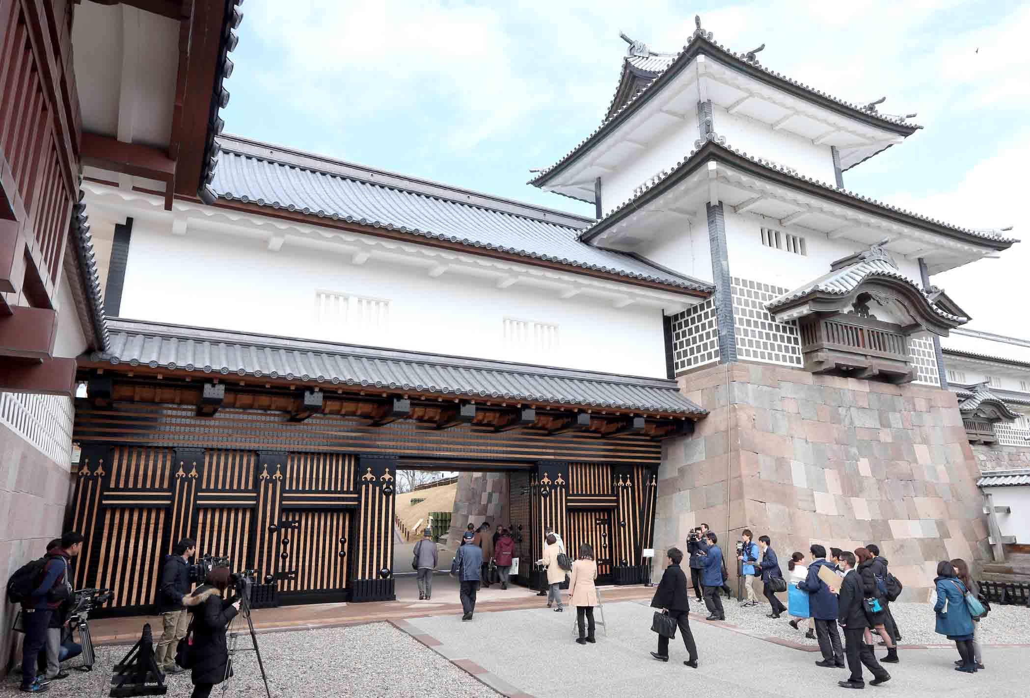 威容を放つ橋爪門二の門を見学する関係者=6日午前10時15分、金沢城公園