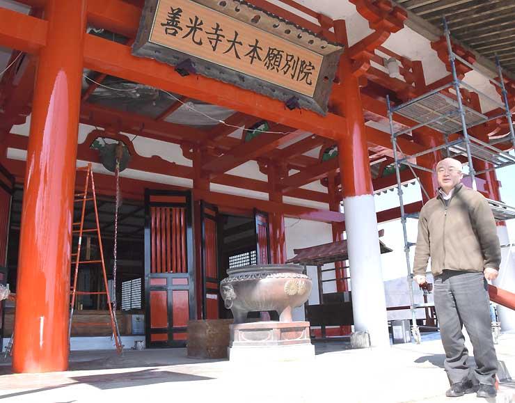三世詣りを行う観音寺本堂前で話す西沢さん