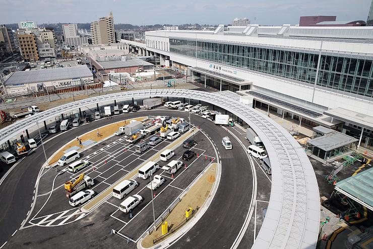 北陸新幹線開業に向け工事がほぼ完了した富山駅の駅舎と駅前広場=富山市明輪町