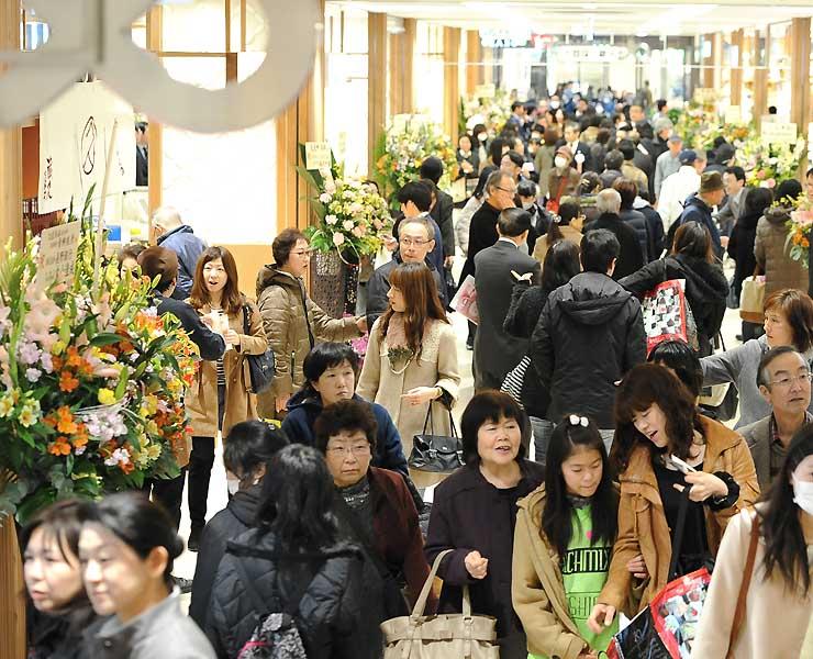 全面開業した新駅ビル「MIDORI長野」で買い物を楽しむ人たち=7日午前10時43分、長野市