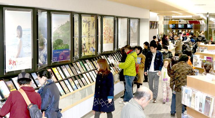 観光案内所を訪れた多くの観光客=7日午前10時40分、JR金沢駅構内