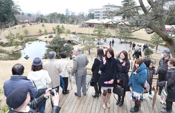 復元された玉泉院丸庭園の景色を眺める来場者=7日午前11時半、金沢城公園